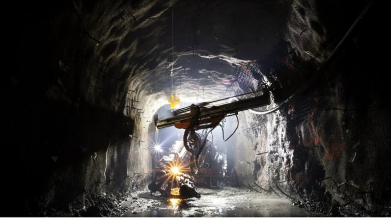 Underground mining using a compressed air system
