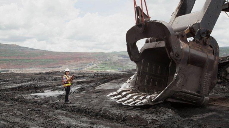 Mitarbeiterin, die einen Hebevorgang auf einem Bergbaugelände überwacht