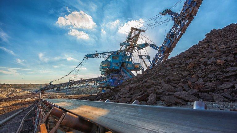 正在採礦場中全力運作的採礦設備