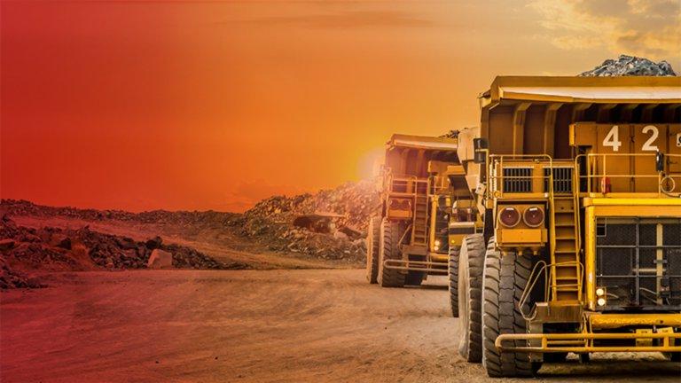Zwei Lastwagen, die Mineralien auf einem Bergbaugelände transportieren