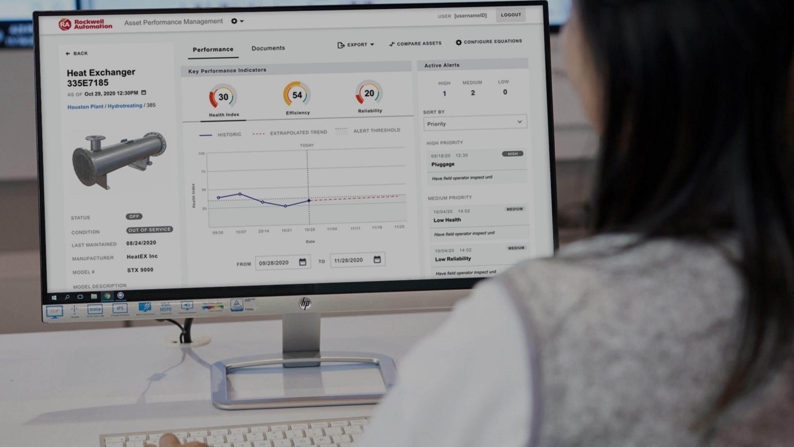 Une ingénieure visualisant FactoryTalk Analytics sur son moniteur