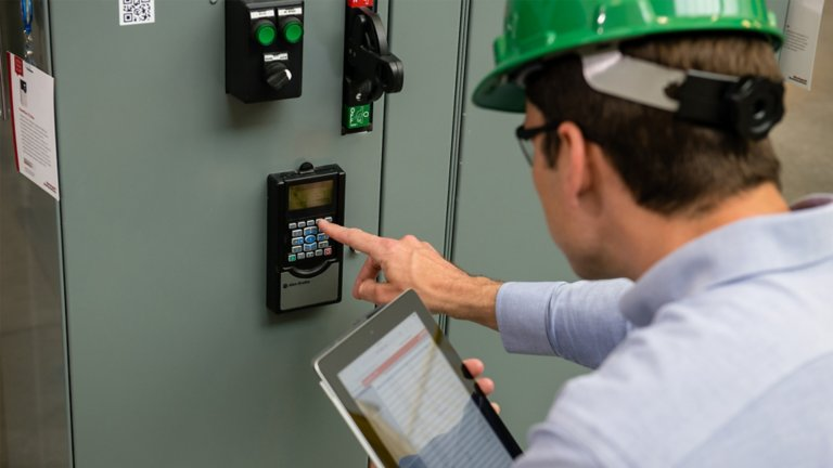 Worker performing maintenance of PlantPAx® Systems