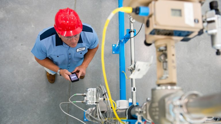Professional using the Rockwell Automation® Library of Process Objects to quickly develop process solutions