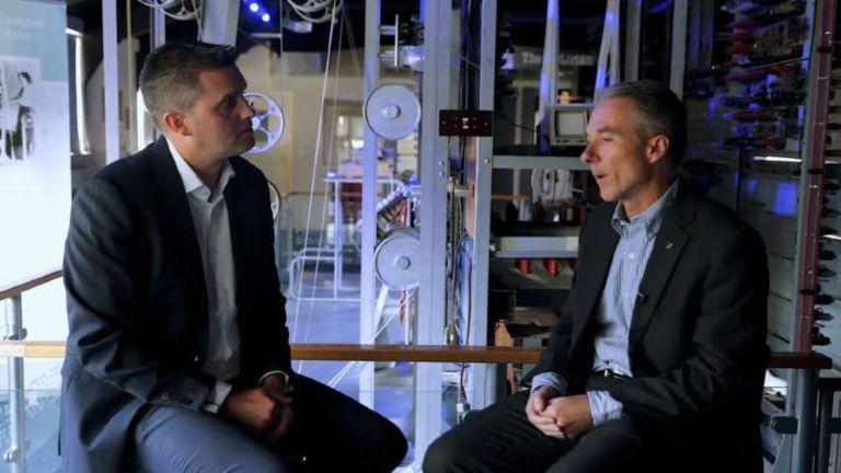 Mark Bottomley, director regional de ventas de la región EMEA norte de Rockwell Automation, e Ian McGregor, gerente de desarrollo de negocios de Emulate3D, una empresa de Rockwell Automation, hablando acerca del gemelo digital