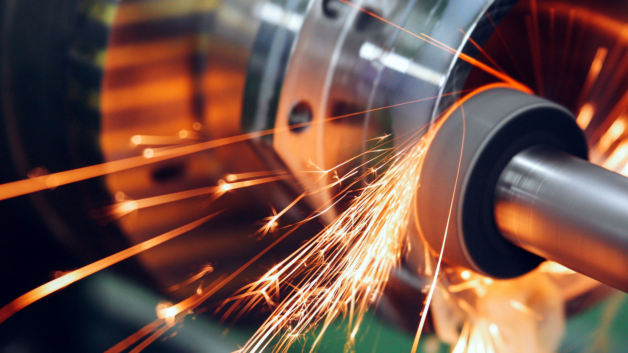 Como fazer a moagem de uma peça de metal em uma instalação industrial