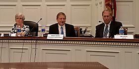 洛克威爾自動化的進階技術總監Dave Vasko (中)於國會發表演說,提及MForesight的報告「製造商網路安全:確保數位化和連網工廠安全」。來自產業、政府和學術界的專家強調,標準必須經過全球協調。